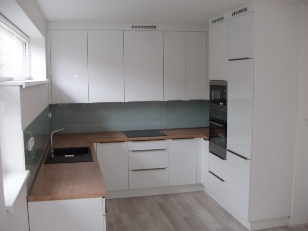 Bílá lesklá kuchyň tvaru U