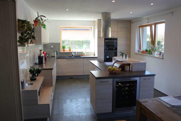 Prostorná kuchyňská linka s vinotékou v ostrůvku
